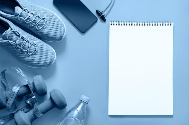 Attrezzature per il fitness sul classico blu. vuoto con spazio per il testo.