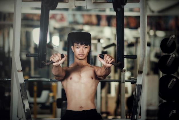 Attrezzature per l'allenamento bello presso la palestra sportiva