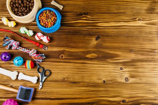 Attrezzature per la cura e l'addestramento degli animali domestici sulla superficie di legno