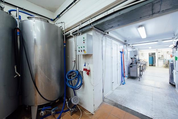 Attrezzature per la produzione di latte e prodotti caseari in un caseificio