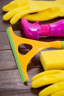 Attrezzature per la pulizia disposte sul pavimento di legno