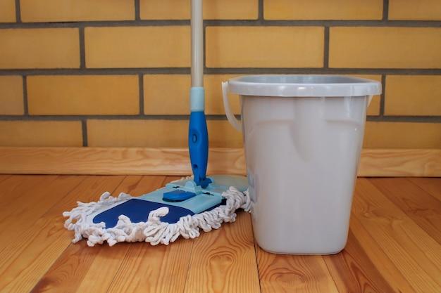 Attrezzature per la pulizia. un secchio d'acqua e un mocio.