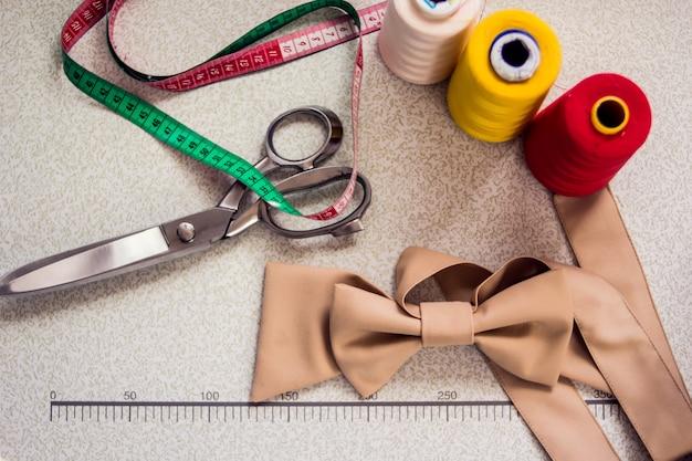 Attrezzature per segare sul tavolo. produzione di abbigliamento e concetto di moda
