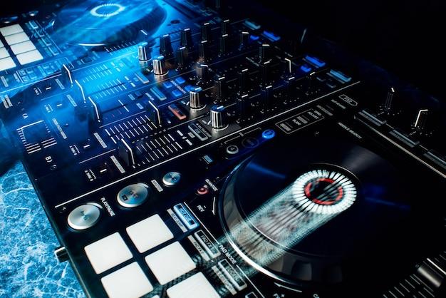 Attrezzature professionali moderne per dj per mixare musica