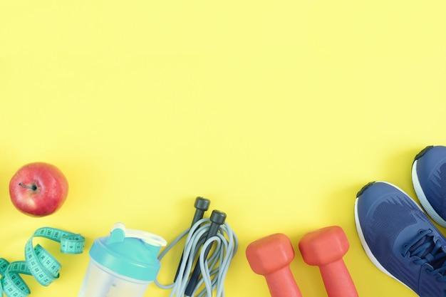Attrezzature sportive su uno sfondo giallo.