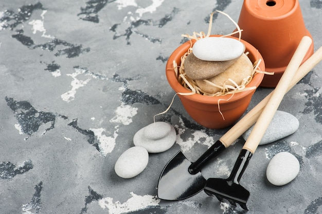 Attrezzi da giardinaggio e vasi da fiori in terracotta argilla