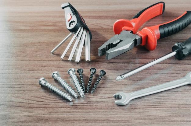 Attrezzi per bricolage su un rinnovamento di legno degli utensili della tavola