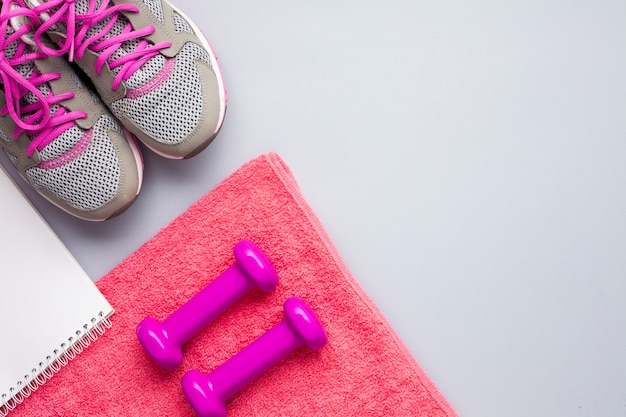Attributi sportivi rosa laici piatti con il taccuino