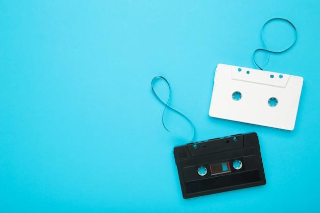 Audio cassette con nastro magnetico su sfondo blu