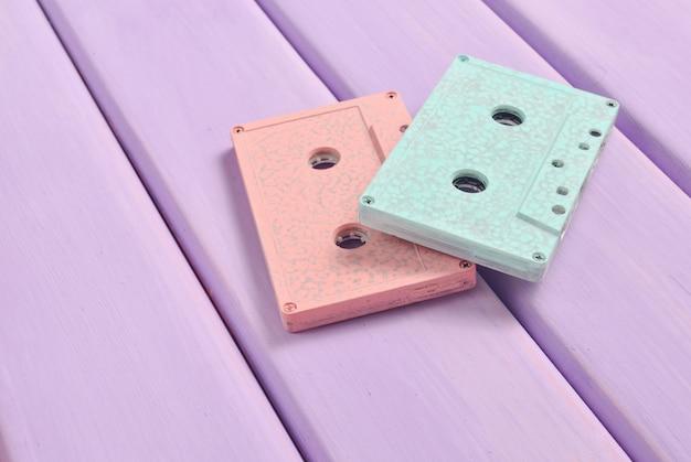 Audio cassette di colore su un fondo di legno pastello. tecnologia audio retrò. tendenza del minimalismo.
