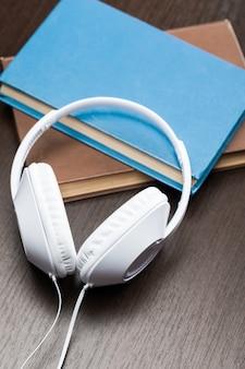 Audio libri con il vecchio libro e le cuffie