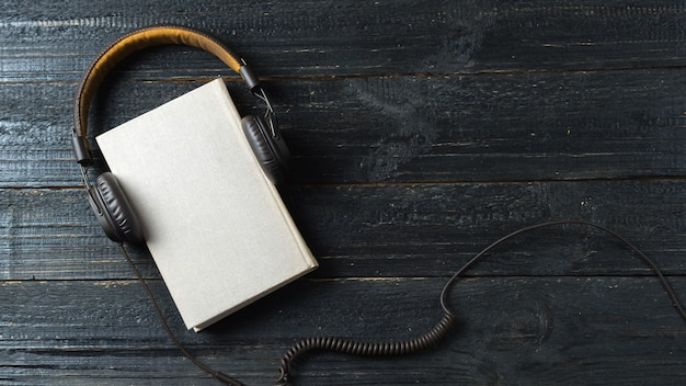 Audio libri di concetto su una tavola di legno scura
