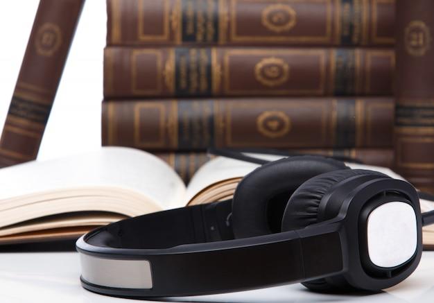 Audiolibri, cuffie sulla pila di libri