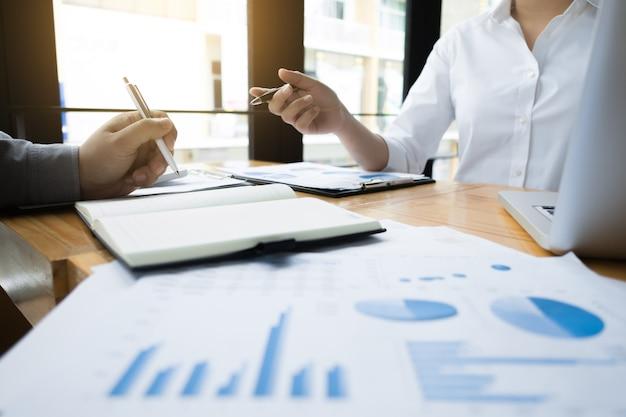 Audit aziendali che calcolano il fondo di investimento di dati finanziari sul luogo di lavoro, concetto di ricchezza