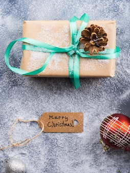 Augurando buon natale con regalo