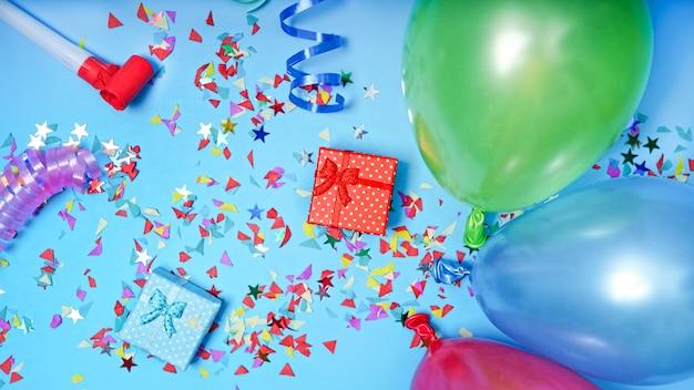 Auguri di buon compleanno con decorazioni, palloncini, regali, coriandoli