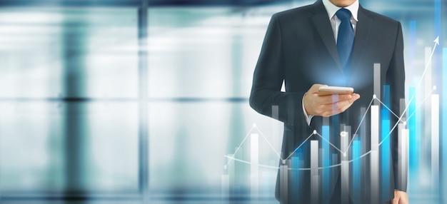 Aumento di crescita del grafico di piano dell'uomo d'affari degli indicatori positivi del grafico nel suo affare