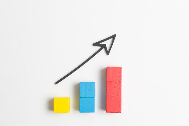 Aumento di cubi colorati e freccia appuntita