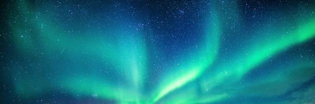 Aurora boreale, aurora boreale con stellato nel cielo notturno