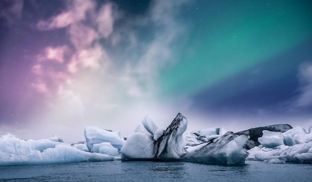 Aurora boreale dell'aurora boreale sopra la laguna del ghiaccio del ghiacciaio di jokulsarlon in islanda