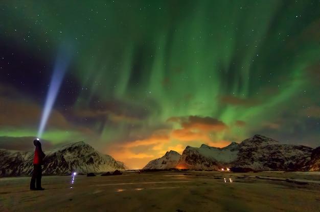 Aurora boreale sopra lofoten.