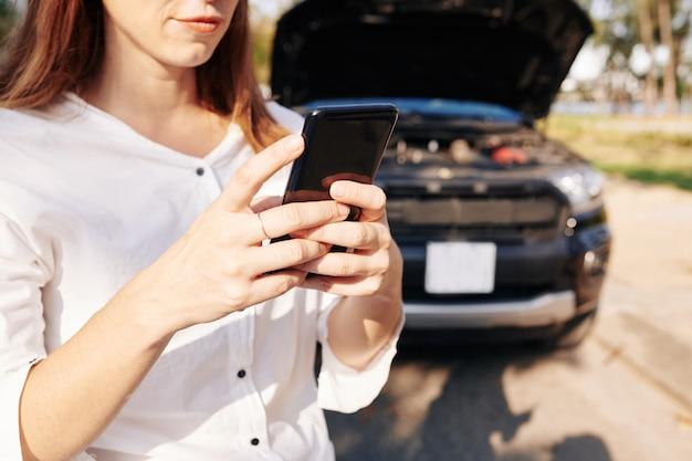 Autista che collega il servizio di auto