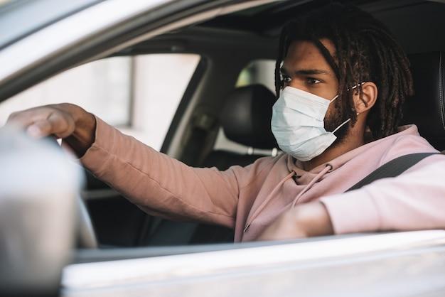 Autista che indossa una maschera medica