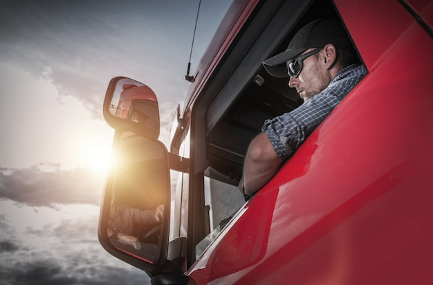 Autista di camion caucasico che prepara per la destinazione successiva.