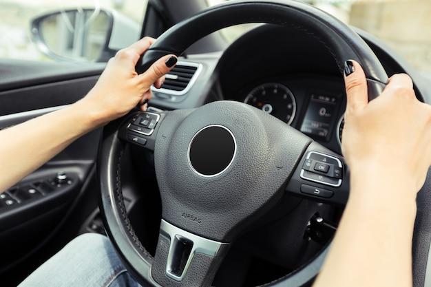 Autista donna alla guida di un'auto