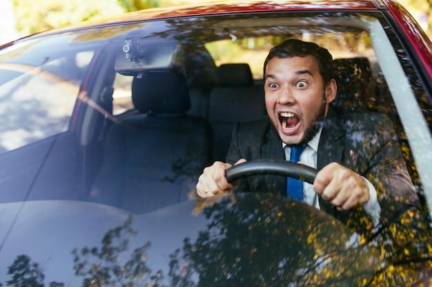 Autista scioccato in macchina