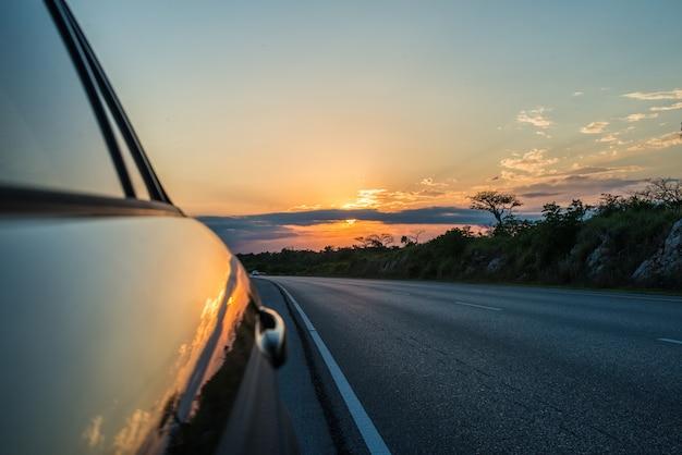 Auto al tramonto