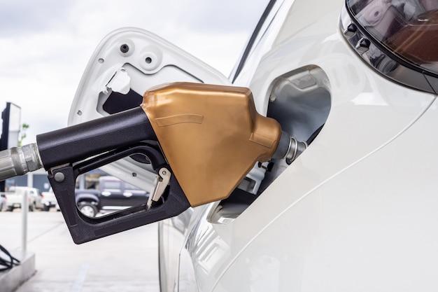 Auto bianca rifornimento di carburante alla stazione di servizio di benzina