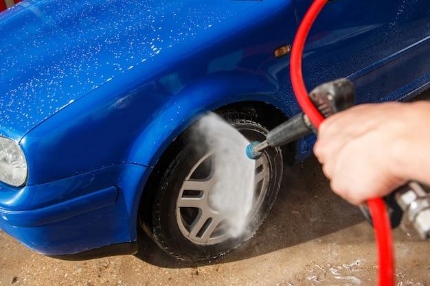 Auto blu in un autolavaggio