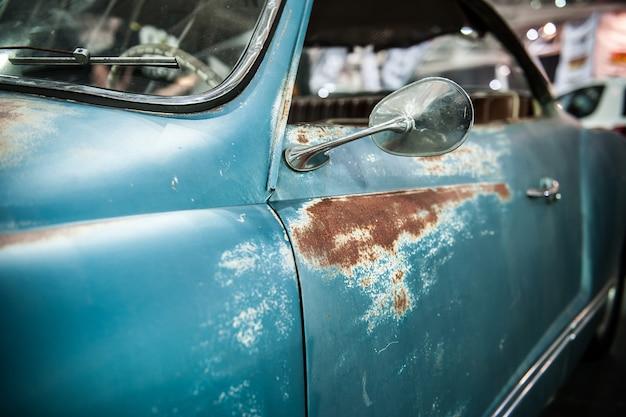 Auto blu vintage con ruggine