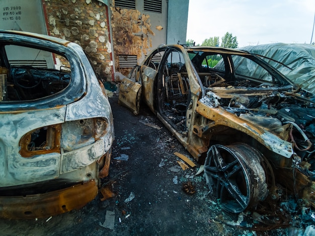 Auto bruciata in strada