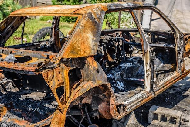 Auto bruciata parcheggiata sulla strada