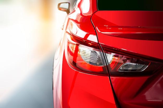 Auto coda di colore rosso chiaro per i clienti
