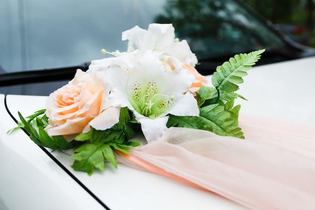 Auto con decorazioni di nozze di fiori