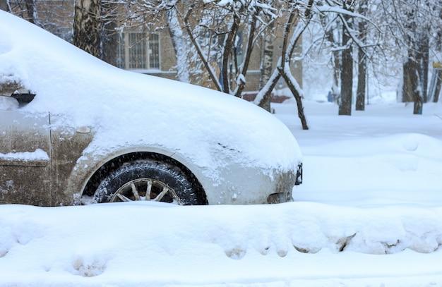 Auto coperte di neve