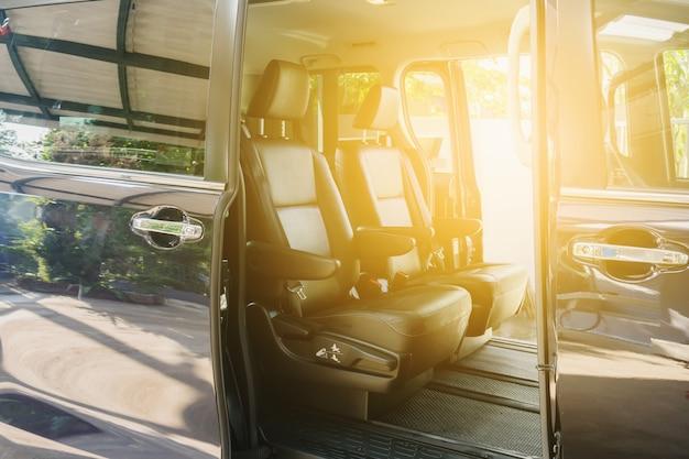 Auto di lusso all'interno interno di auto moderne di prestigio. comodi sedili in pelle.
