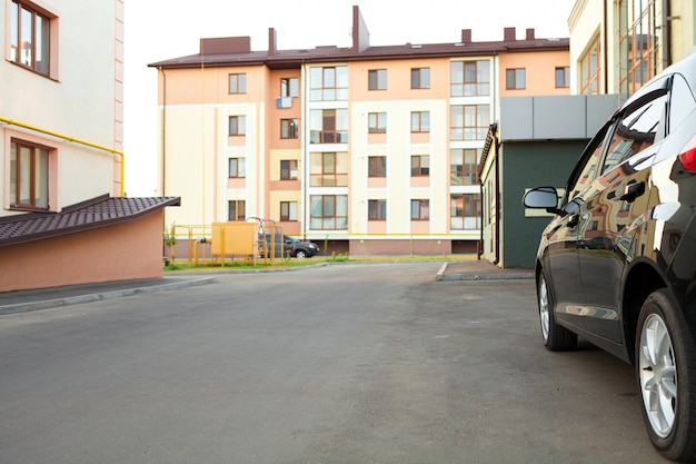 Auto di lusso davanti a una facciata di casa