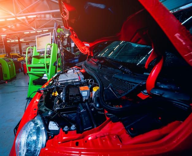 Auto elettrica con cofano aperto. dettagli del motore di un'auto elettrica.