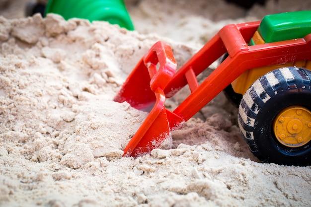 Auto giocattolo per bambini nella sandbox