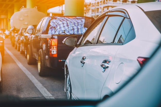 Auto guida su strada, auto parcheggiata su strada