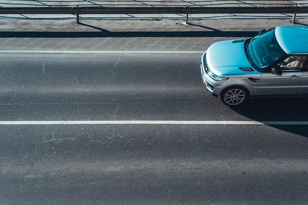 Auto in movimento su corsia vuota