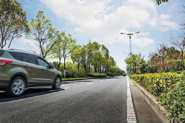 Auto in movimento sulla strada