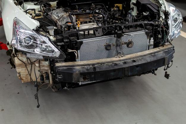 Auto in stazione di riparazione e carrozzeria