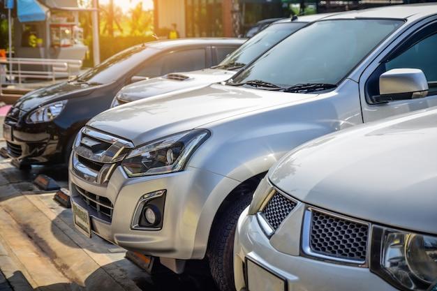 Auto parcheggiata su strada, auto su strada