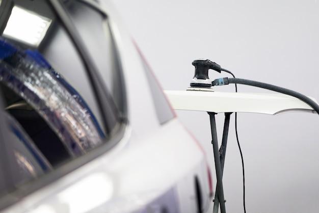 Auto pronta per lucidare e lucidare nell'officina riparazioni auto