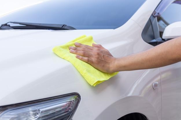 Auto pulizia uomo con panno in microfibra